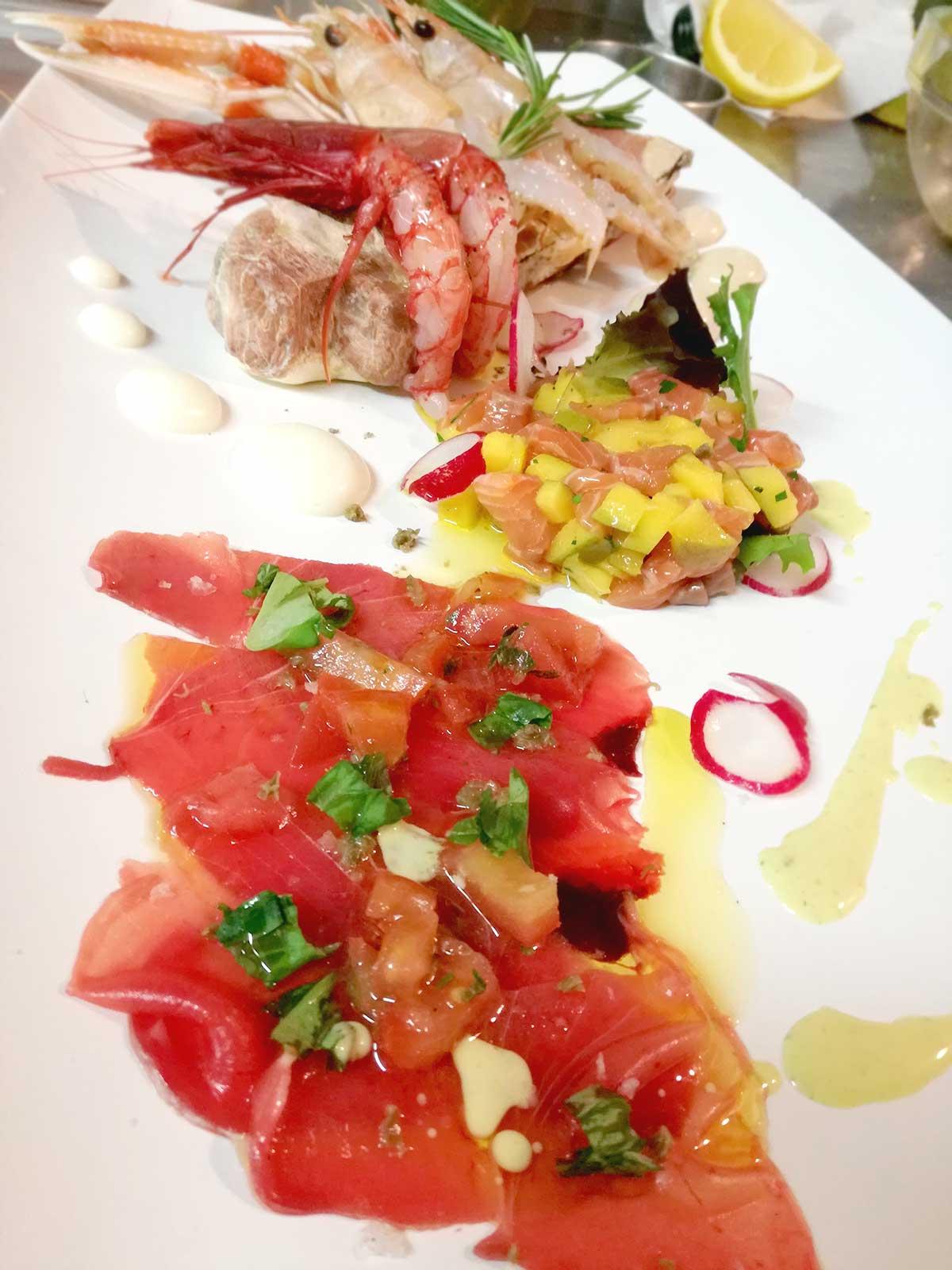 Equo Risto - Ristorazione Sostenibile - crudi con pescato locale e verdura di stagione